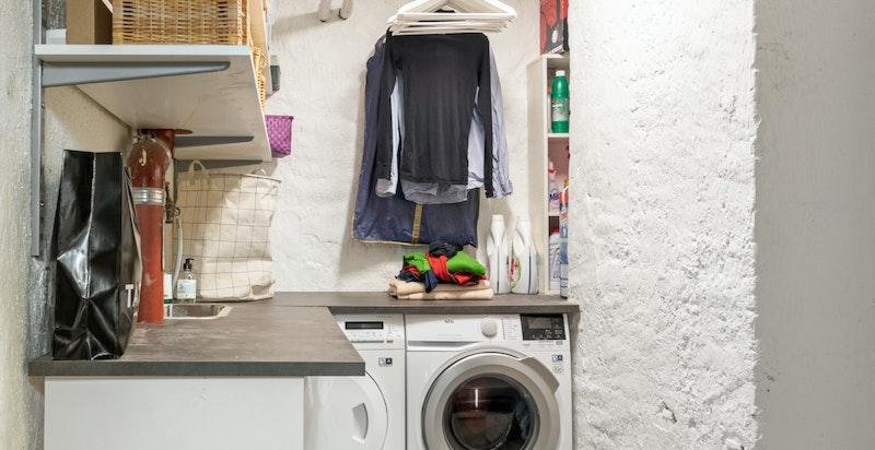 Den store boden på ca. 25 kvm. i kjeller har egen vaskeromsanordning, samt fungerer som både hobbyrom og lagringsrom