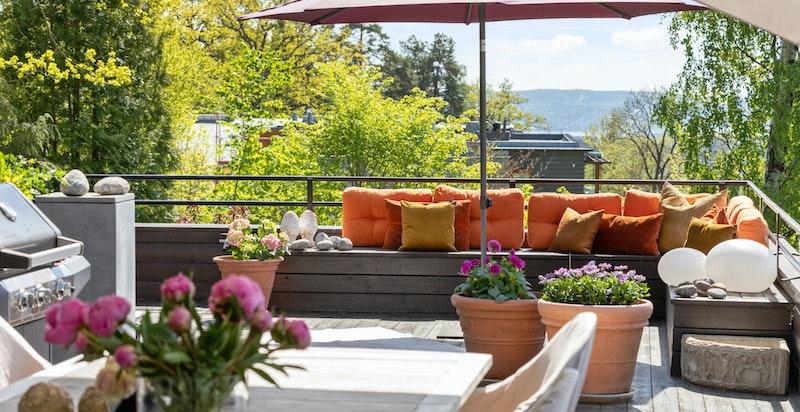Flott taktterrasse med trapp ned til hage - Hyggelige usjenerte sittegrupper