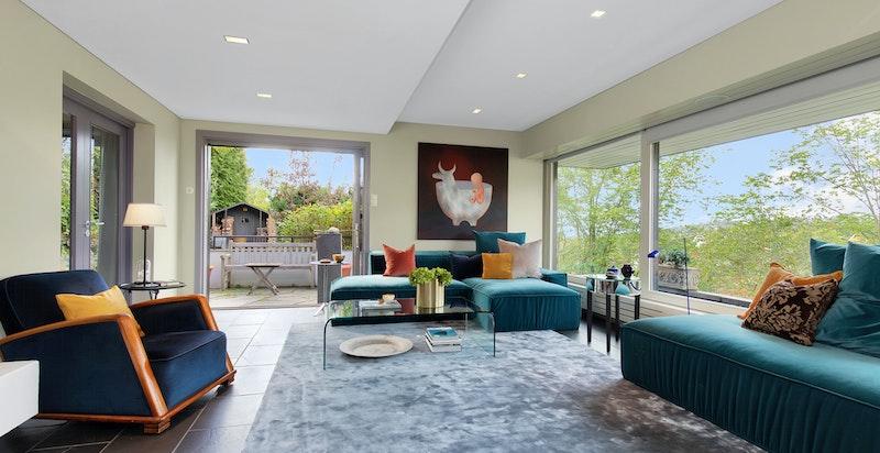Stue med flott peis og utgang terrasse og hage