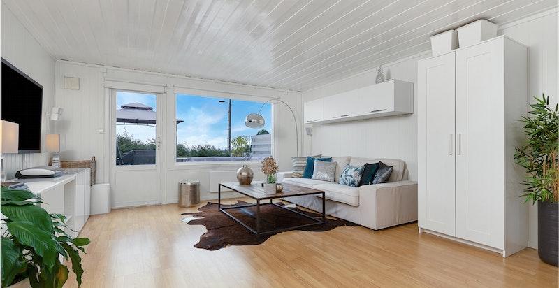 Stue med peisovn og utgang til terrasse og hage