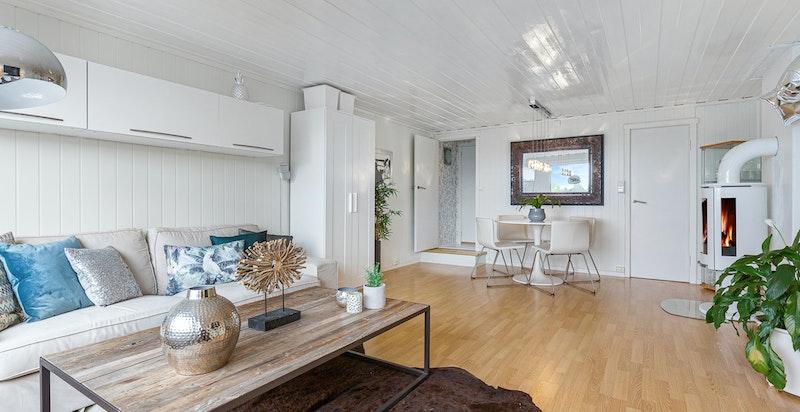 Stue i u. etg. med peisovn og utgang til terrasse og hage