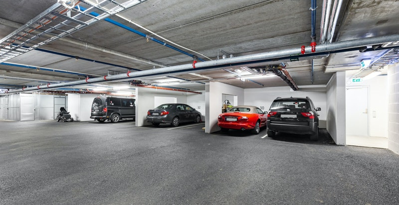 Leiligheten har to garasjeplasser ved siden av hverandre