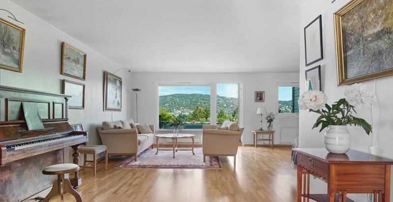 Stor stue/spisestue med utgang til terrasse. I stuen har man god plass til både sittegrupper og spisebord