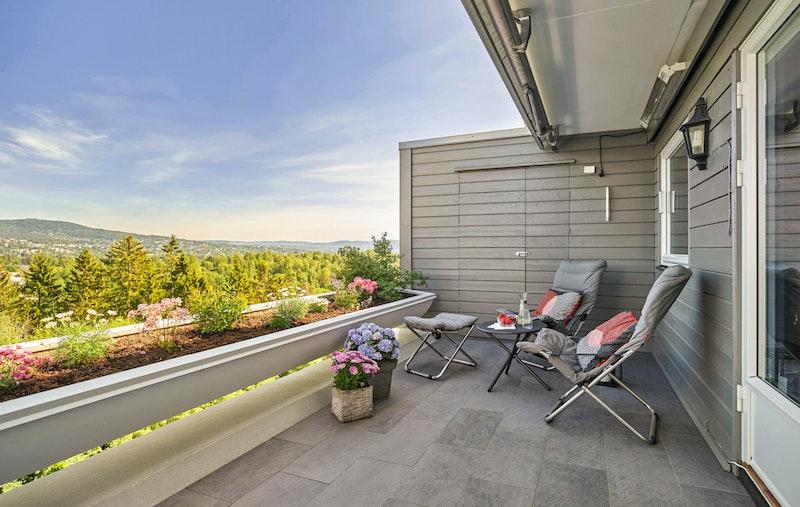 Toppleiligheten går over to plan, og det er terrasse på ca 15 kvm på hver side