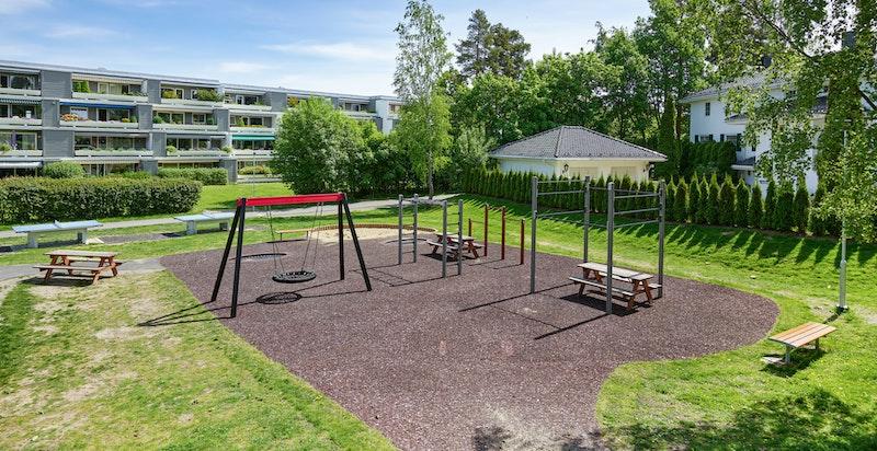 Området er meget barnevennlig med store fellesarealer med lekeplass, bilfrie internveier m.m