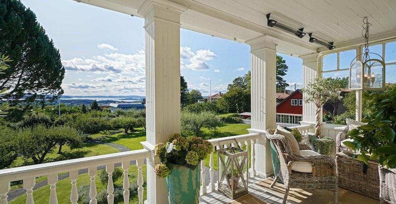 Stor overbygget veranda ca. 13 kvm, med nydelig oversikt over hage og panoramautsikt over Oslofjorden.