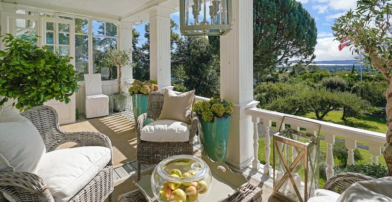 Verandaen er innglasset på begge sider og fungerer som en lun og deilig uteplass fra tidlig vår til sen høst