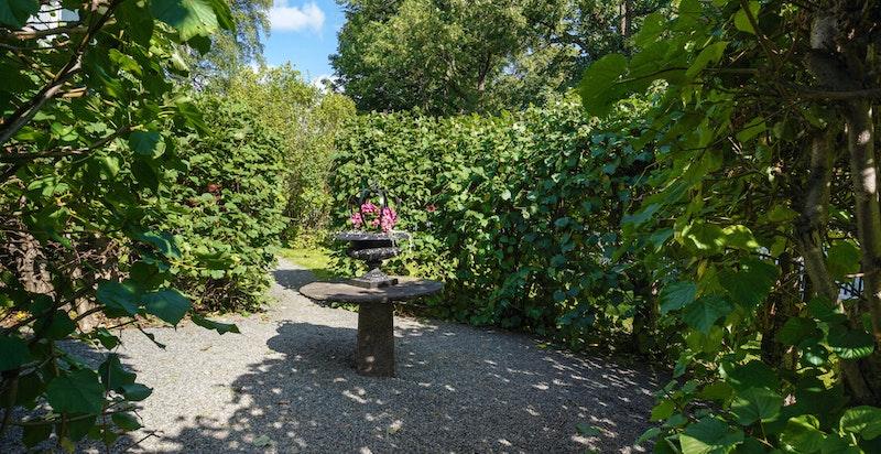Den parkmessige hagen ble anlagt på tidlig 1900-tallet og annen etasjes hagedel inkluderer bl.a. et idyllisk tre hvor man kan søke skygge på varme dager