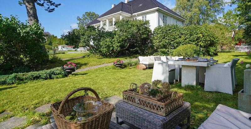 Fra uteplassen har man panoramautsikt over hele hagen samtidig som man har god skjerming fra naboer i første etasje, og naboer mot øst