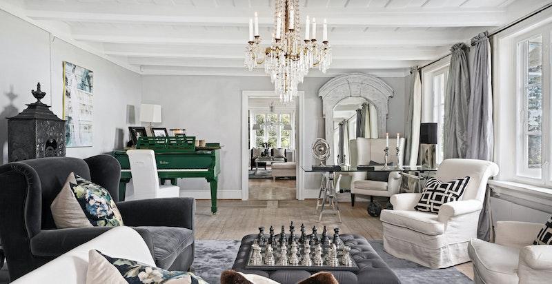 Den vestlige stuen har vakkert gulv med brede bord, og gammel etasjeovn