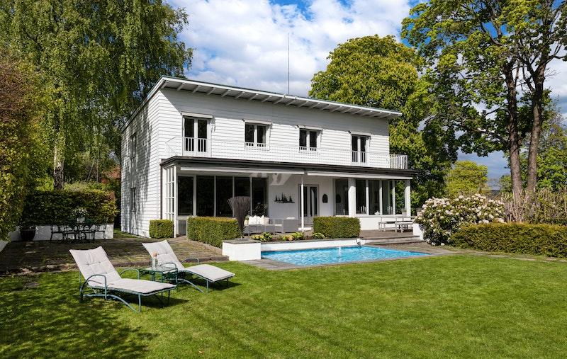 Stor, solrik og flott opparbeidet have, omkranset av pent formede og vintergrønne hekker