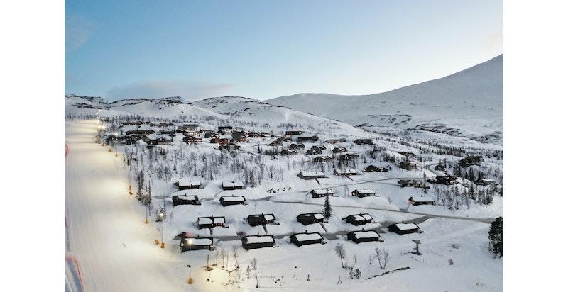Hovdetun sine 9 fritidsboliger over parken og Fyrieggen i Gausta Skisenter