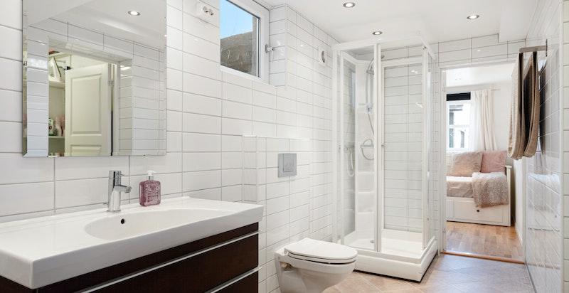 I underetasje finnes eget stort bad med badekar og dusjløsning - her finnes også et teknisk rom/vaskerom