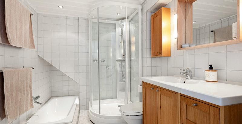 Eget bad til hovedsoverom med både dusj og badekar