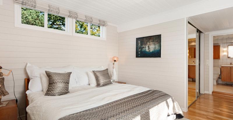 Hovedetasjen inneholder også sin egen mastersuite bestående av: hovedsoverom med eget bad og walk-in closet.