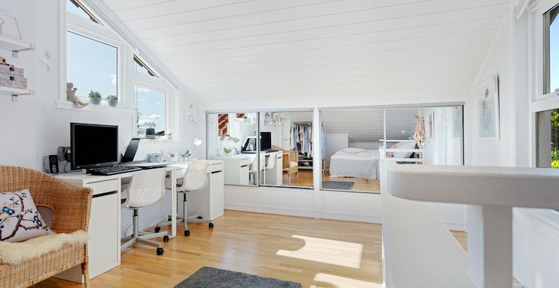 Loftstue/soverom med tilgang til kaldtloft med meget god plass for lagring