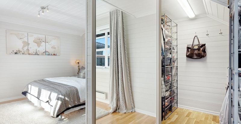 Speil skyvedører med inngang til walk-in closet