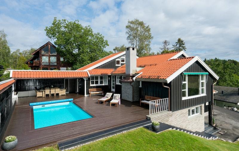 Pent opparbeidet tomt og hyggelig terrasse med motstrøm-svømmebasseng