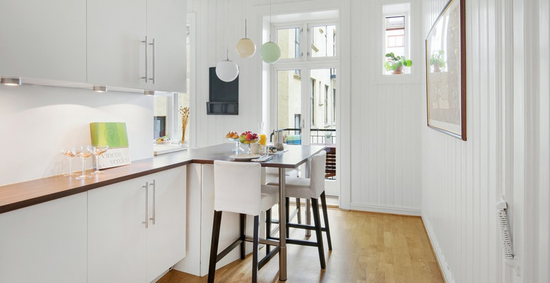 Rikelig med skapplass på kjøkkenet