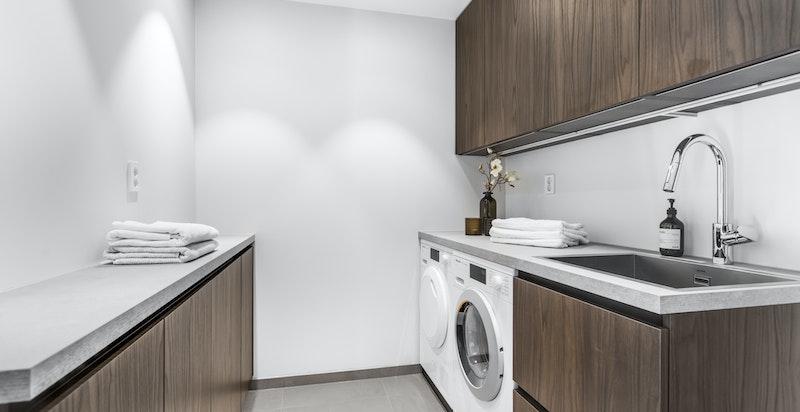 2. etasje: Velutstyrt vaskerom med vaskemaskin og tørketrommel fra Miele. Lintøyskap.