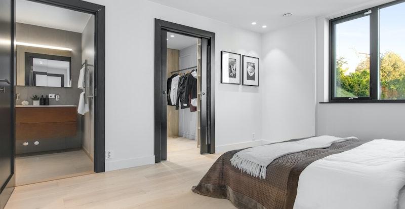 2. etasje: Til Mastersoverommet hører både Walk-in-Closet og en-suite Baderom