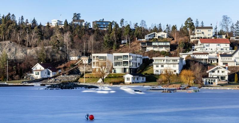 Bildet er tatt fra Nesøya over fjorden. Gyssestadkollen sees helt i bakgrunnen.