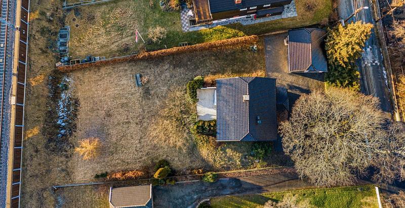 Dronefoto av eiendommen.