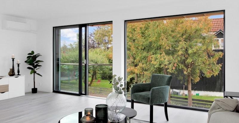 Store vindusflater og grønt utsyn