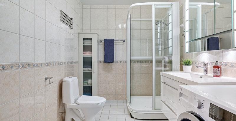 Flislagt bad med nyere klosett og innredning