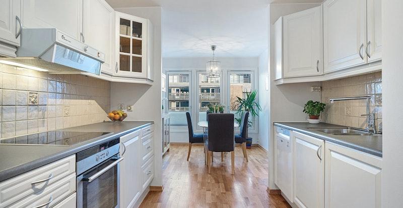 Kjøkkenet har en god plassering i boligen, med spisestuen i naturlig tilknytning