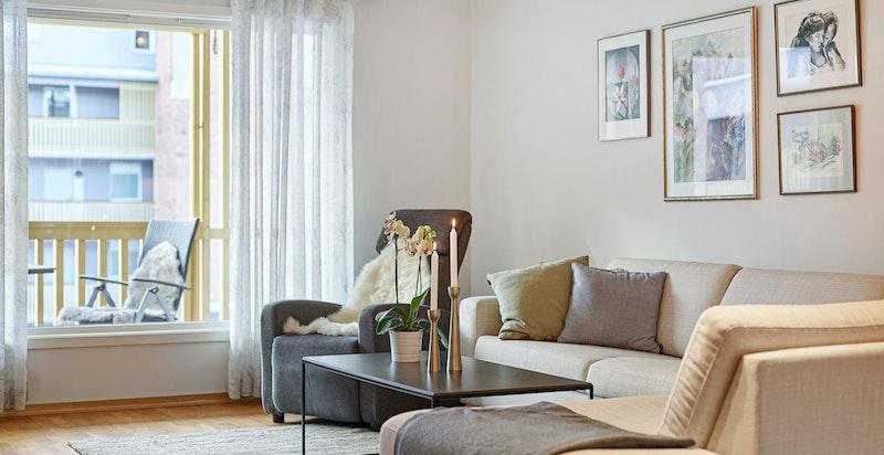 Store vindusflater i stuen slipper inn rikelig med lys