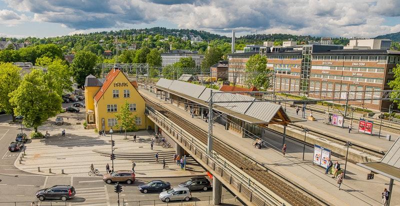 Skøyen stasjon ligger ikke langt unna med hyppige tog- og flytogavganger - her er det også planlagt å bygge T-banestasjon i fremtiden