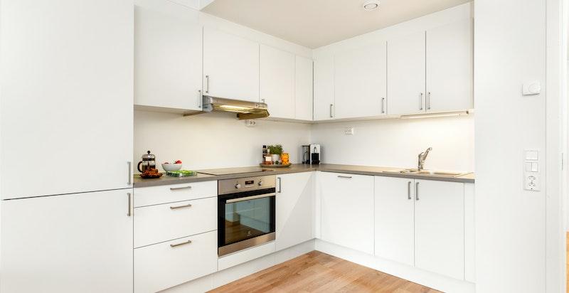 Kjøkkenet har alt av hvitevarer