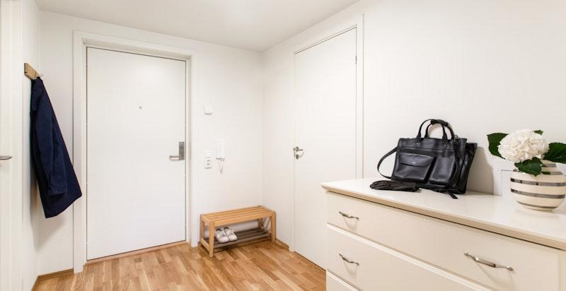Hyggelig entré med plass til garderobeskap/kommode.