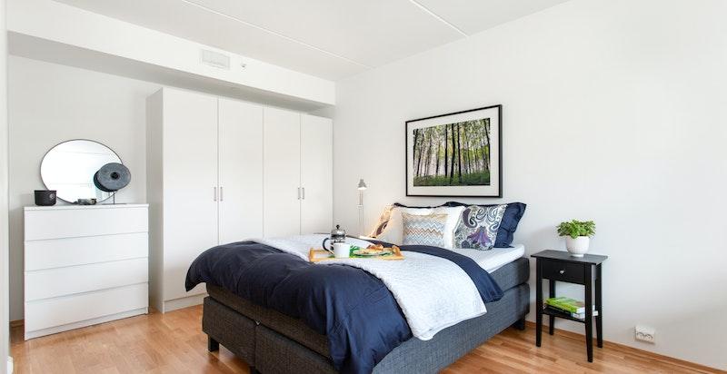 Soverommet har rikelig med garderobeskap.