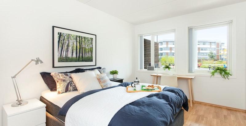 Soverom med god størrelse og plass til stor dobbeltseng, samt kontorpult.