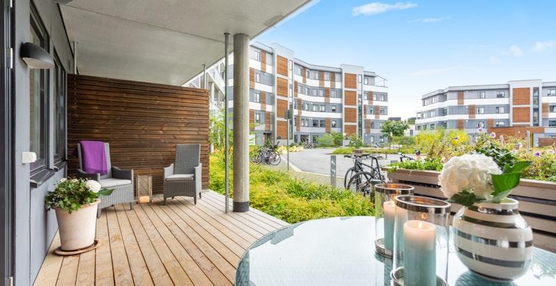 Hyggelig, stor og overbygget terrasse på 16 kvm med utgang fra stue