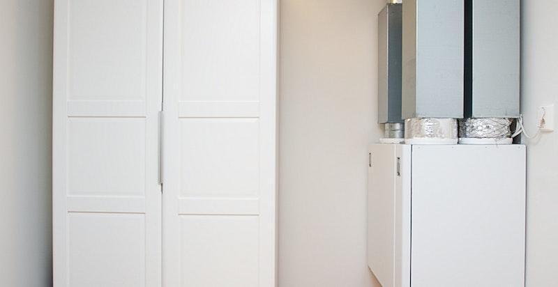 Fra entré/gang er det tilgang til praktisk innvendig bod/omkledningsrom.