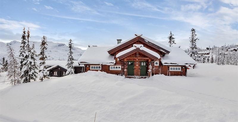 Bilde av hytta tatt vinteren 2016-2017. Det var dårlige siktforhold 4. oktober da øvrige bilder ble tatt, men hytta har flott utsikt som vises her