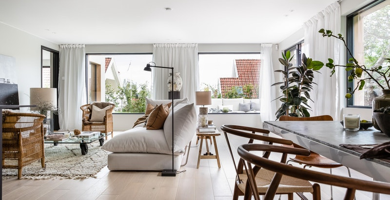 Lys stue med gasspeis og store vindusflater