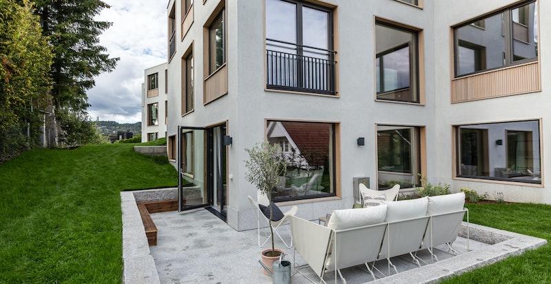 Terrassen sett fra den del av haven leiligheten disponerer eksklusivt