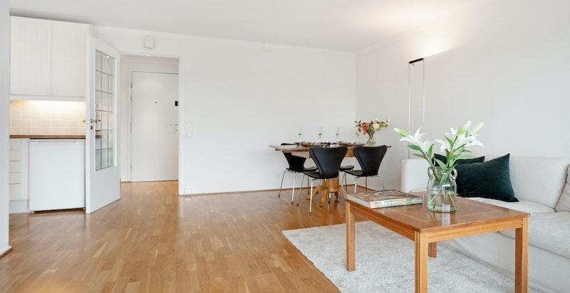 Romslig stue med plass til både sittegruppe og spisebord
