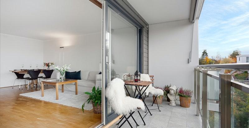Nyopppusset veranda med belysning og elektrisk terassemarkise
