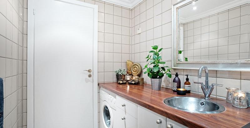 Badet har flislagt gulv med varmekabler og flislagte vegger. Downlights i himlingen