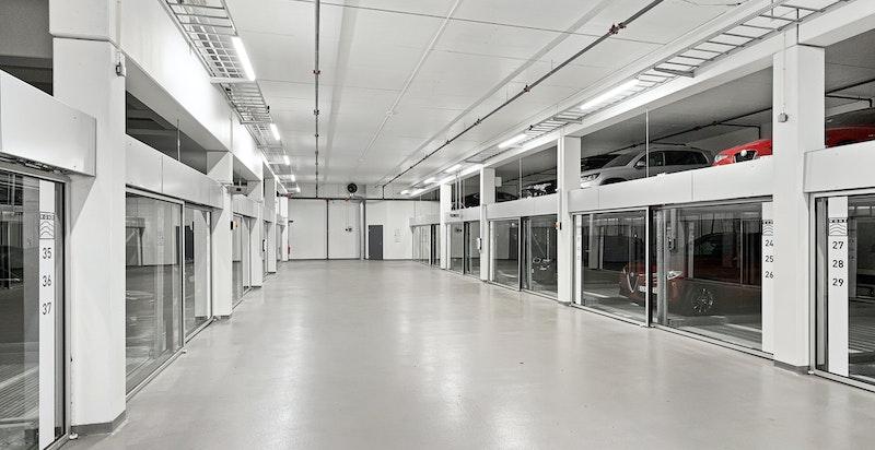 Det medfølger 1 stk. garasjeplass (nr. 28) i felles anlegg med heis til leilighetsplan.