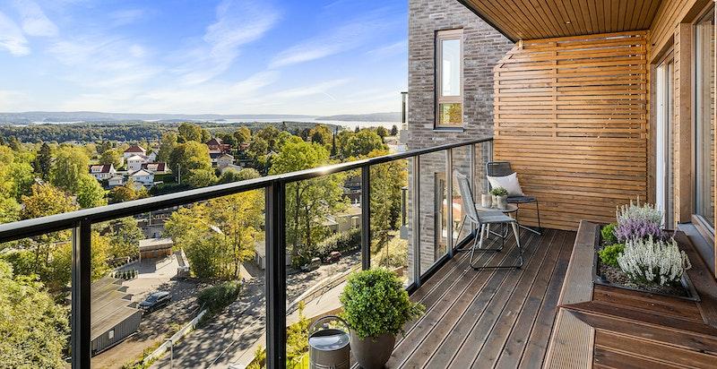 Boligen ligger i 7. etasje med fantastisk utsikt fra Holmenkollen til Oslofjorden