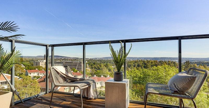 Boligen har to balkonger - én sydøstvendt på ca. 18 kvm med utgang fra kjøkken/stue og én sydvestvendt på ca. 11 kvm med utgang fra to av soverommene.
