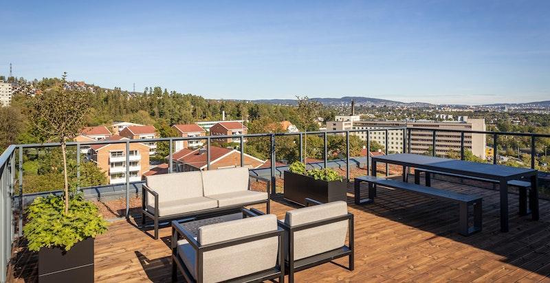 Felles møblert takterrasse med fantastiske sol- og utsiktsforhold!