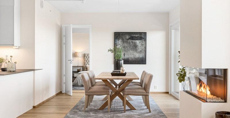Det er god plass til spisestue, som også gir et naturlig avbrekk i rommet og en sosial arena mellom de åpne rommene.
