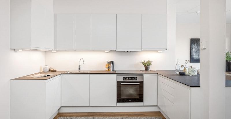 Tiltalende og moderne kjøkkeninnredning fra Sigdal i modellen Horisont. God skap- og benkeplass.